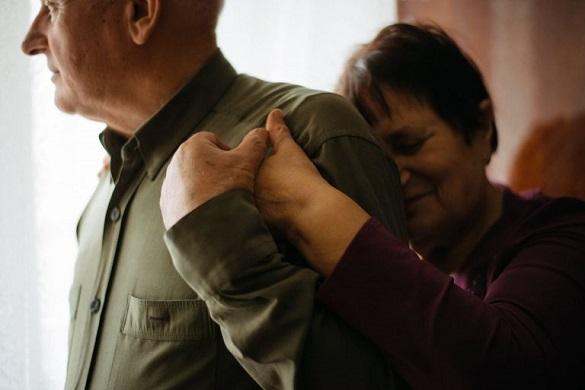 50 років почуттів: черкащанин зняв зворушливі світлини подружжя пенсіонерів (ФОТО)
