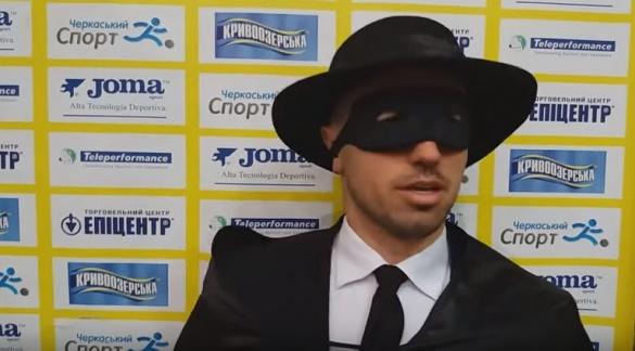 У костюмі Зорро: тренер черкаської футзальної команди продовжує