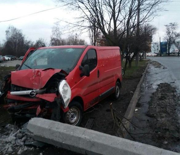 В`їхав в електроопору: у Черкасах п'яний водій спричинив ДТП (ФОТО)