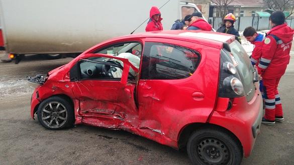 У Черкасах після ДТП водія витягали із затиснутої автівки (ФОТО)