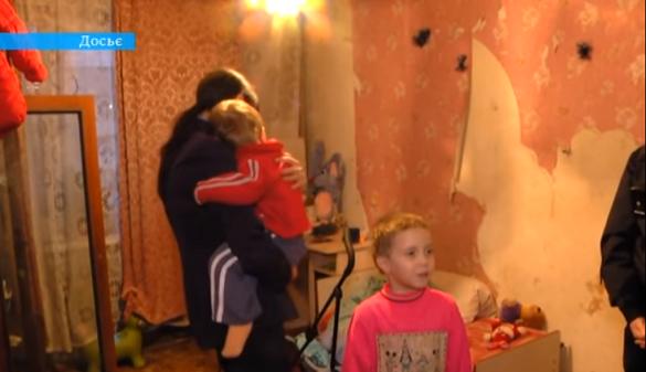 У Черкасах дітей, яких мати залишила на кілька днів без їжі, повернули додому