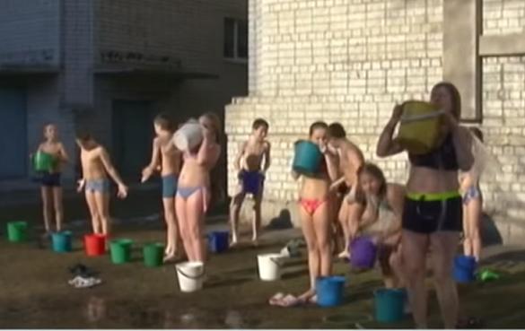 Учні черкаської школи після уроків обливаються на морозі водою (ВІДЕО)