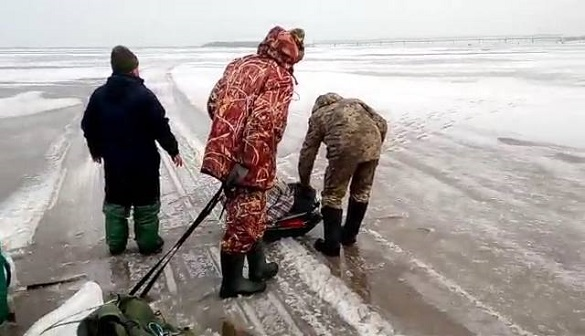 Опинилися на крижині: як водолази рятували черкаських рибалок (ФОТО)