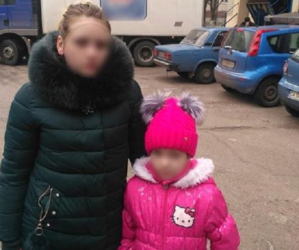 Вийшла з авто: черкаські патрульні повернули батькам загублену дівчинку