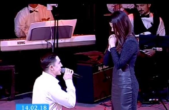 Освідчення на сцені: черкаський актор запропонував одружитися коханій під час концерту (ВІДЕО)