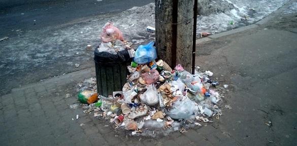 Зупинки громадського транспорту у Черкасах заваленні сміттям (ВІДЕО)