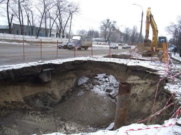 У середмісті Черкас продовжують ліквідовувати 14-метрове провалля (ФОТО)