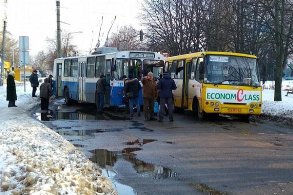У середмісті Черкас маршрутка не розминулася з тролейбусом (ФОТО)