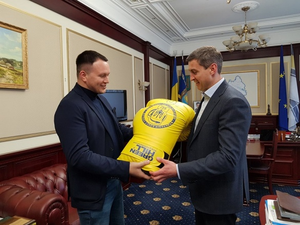 Голова Черкаської ОДА отримав рукавицю із автографом кращого боксера світу (ФОТО)