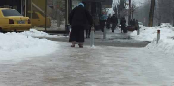 Як пінгвіни на крижині: черкащани ковзають тротуарами (ВІДЕО)