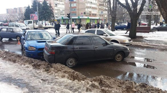 Біля Черкаської міськради сталася подвійна ДТП із постраждалими (ФОТО)