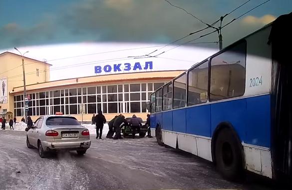 У Черкасах люди самостійно розсували автівки, що перекривали рух тролейбусам (ВІДЕО)