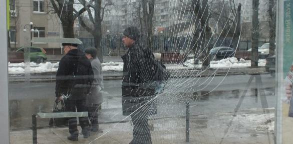 У Черкасах вандали розтрощили зупинку (ФОТО)
