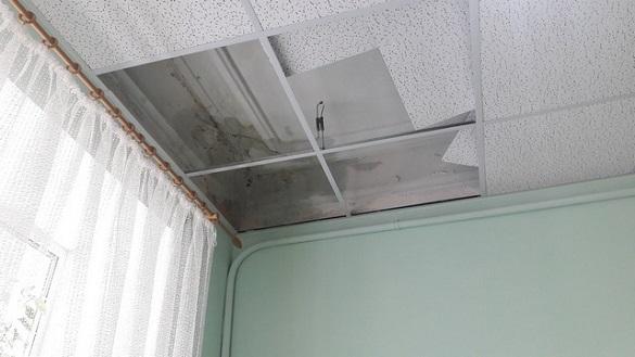 У нещодавно відремонтованій дитячій поліклініці Черкас протікає дах (фотофакт)