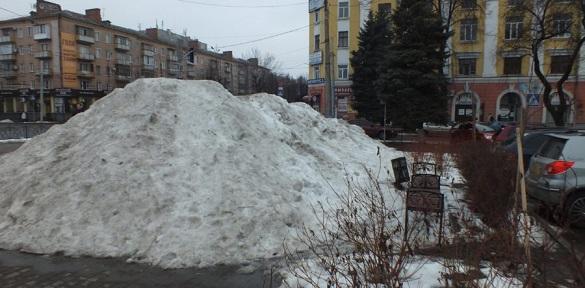 Черкаські Альпи: у середмісті утворилися гори снігу (ВІДЕО)