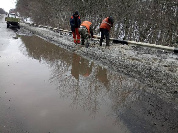 Дорожники упорядковують дороги державного значення у Черкаській області  (ФОТО)
