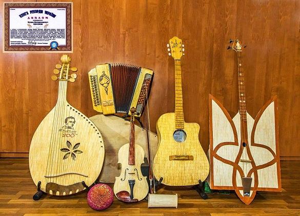 Бандура, гітара, скрипка: житель Черкащини виготовляє музичні інструменти із сірників (ФОТО)