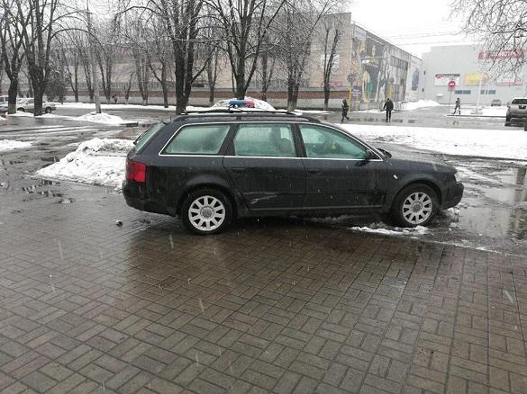 Не міг виїхати із замету: у середмісті Черкас спіймали п'яного водія