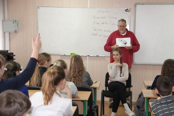 Волонтер із США проводить уроки в черкаській гімназії