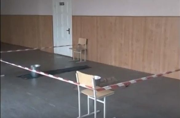 Ганчірки в коридорах: одна із черкаських шкіл перебуває в аварійному стані