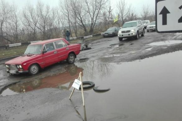 На дорогах Черкащини у калюжах ховаються вбивчі для автомобілів ями (ФОТО)