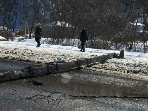У центрі Канева автівка завалила бетонний електричний стовп