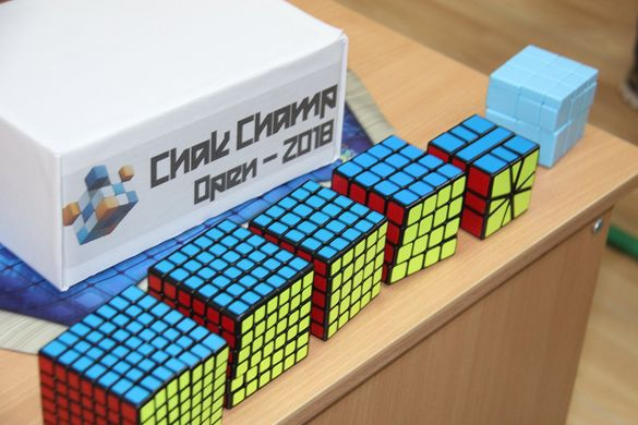 У Черкасах сотня людей позмагалася у швидкості складання кубика Рубіка