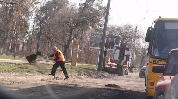 Дорожник засмітив газон у Черкасах під час ямкового ремонту (ВІДЕО)