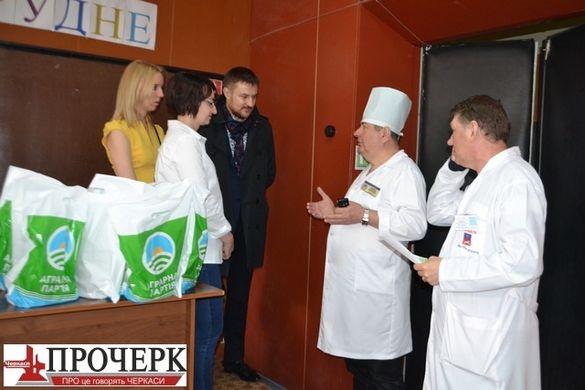 Аграрна партія подарувала великодні паски пацієнтам і персоналу пологового будинку і Третьої лікарні Черкас