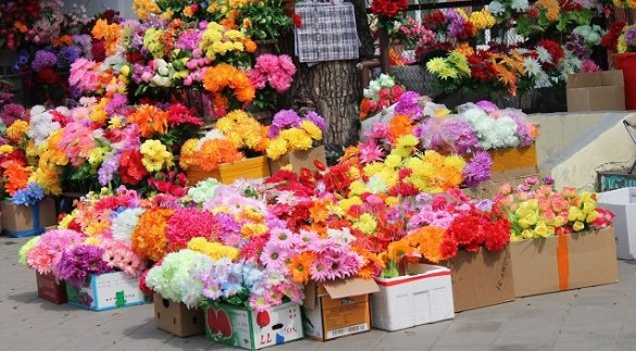 Черкащан опитали, чи нестимуть вони штучні квіти на кладовища (ВІДЕО)