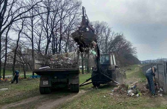 Черкасці вивозять на кладовища свої побутові відходи