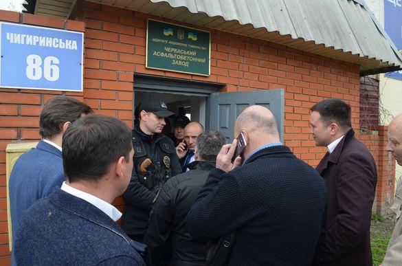 У Черкасах мера, депутатів та поліцію не впускали на асфальтобетонний завод (ФОТО)