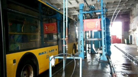 Черкащанам показали, як миють тролейбуси (ВІДЕО)