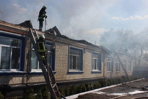 Більше 10 пожежних машин та 30 надзвичайників: на Черкащині згоріла адмінбудівля (ВІДЕО)