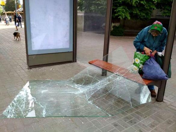 У центр Черкас розтрощили скло на автобусній зупинці (ФОТО)
