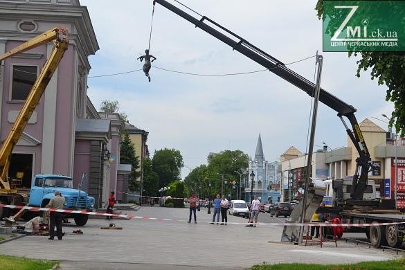 Біля черкаської філармонії вже встановлюють повітряну скульптуру (ФОТО)
