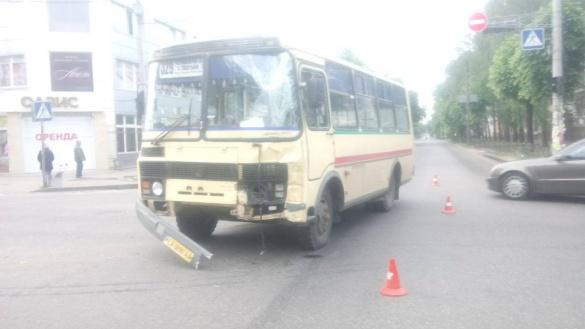 Доїздилися: у центрі Черкас зіткнулися дві маршрутки, є постраждалі (ФОТО)