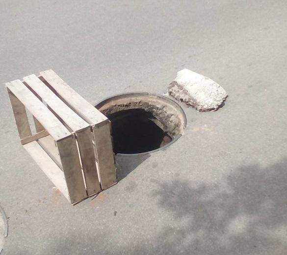 У центрі Черкас невідомі викрали кришку люка (фотофакт)
