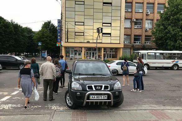 У центрі Черкас водій позашляховика припаркувався на
