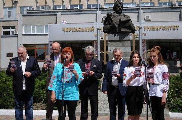 Колишній Президент України разом зі студентами черкаського вишу декламував вірш (ФОТО)