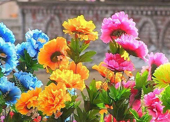 Киянин викрадав та планував перепродувати штучні квіти з кладовища на Черкащині