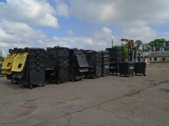 Біля черкаських багатоповерхівок побільшає сміттєвих контейнерів (ФОТО)