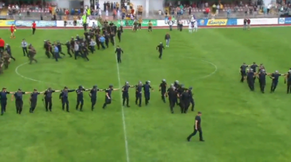 Із кийками: у мережі з'явилося відео сутички черкаських ультрас і поліції