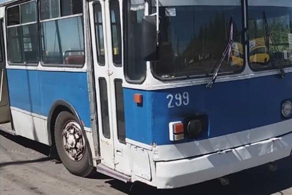 Заполонило чорним димом: у Черкасах на ходу загорівся тролейбус (ВІДЕО)
