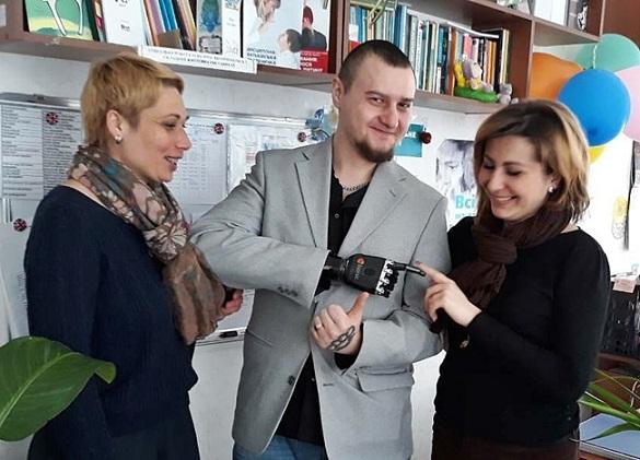 АТОвець із Черкащини, який залишився без кисті, підтримує поранених бійців