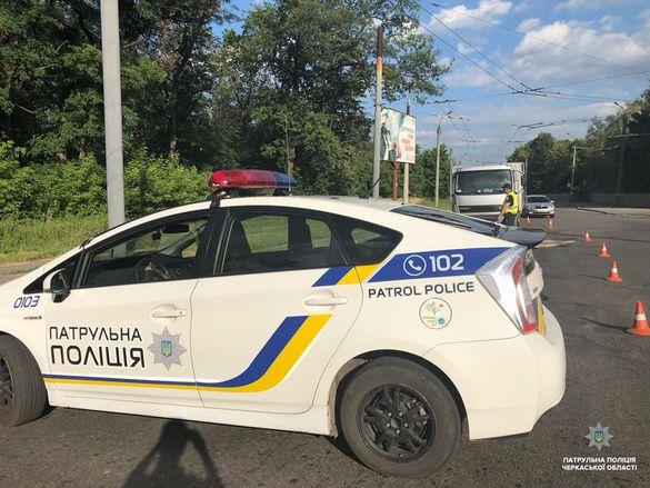 У Черкасах під час руху вантажівки на дорогу випав вантаж (ФОТО)