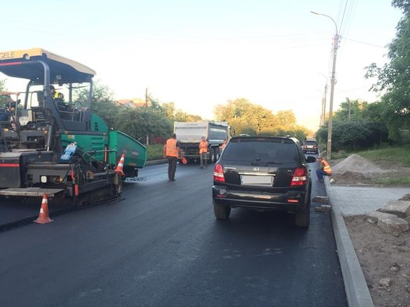 Припаркований позашляховик заблокував рух вулицею в Черкасах (ФОТО)