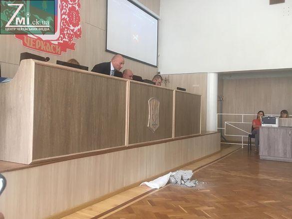 На сесії міськради - перформанс через будівельні відходи в одному з мікрорайонів (ФОТО)