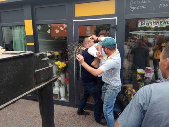 У мережі з'явилося фото та відео того, як Чернявський із кулаками захищав квітковий бізнес