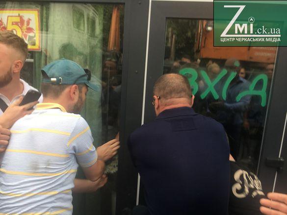 Біля черкаського драмтеатру знову бійки й виламують двері павільйонів (ФОТО)